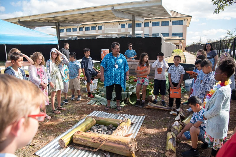 Grade 4 students learn how to construct an umu