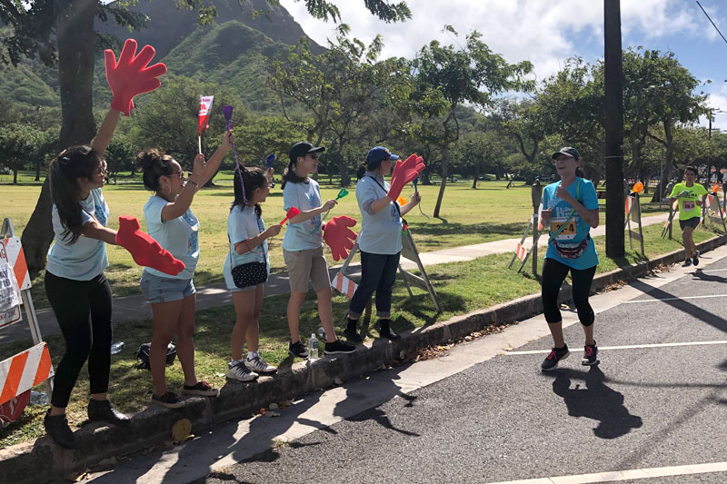 JNHS students cheer on the runners at the Honolulu Festival