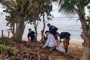 Students picking up trash at beach